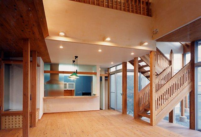 居間~ダイニング~キッチンと 2階への階段
