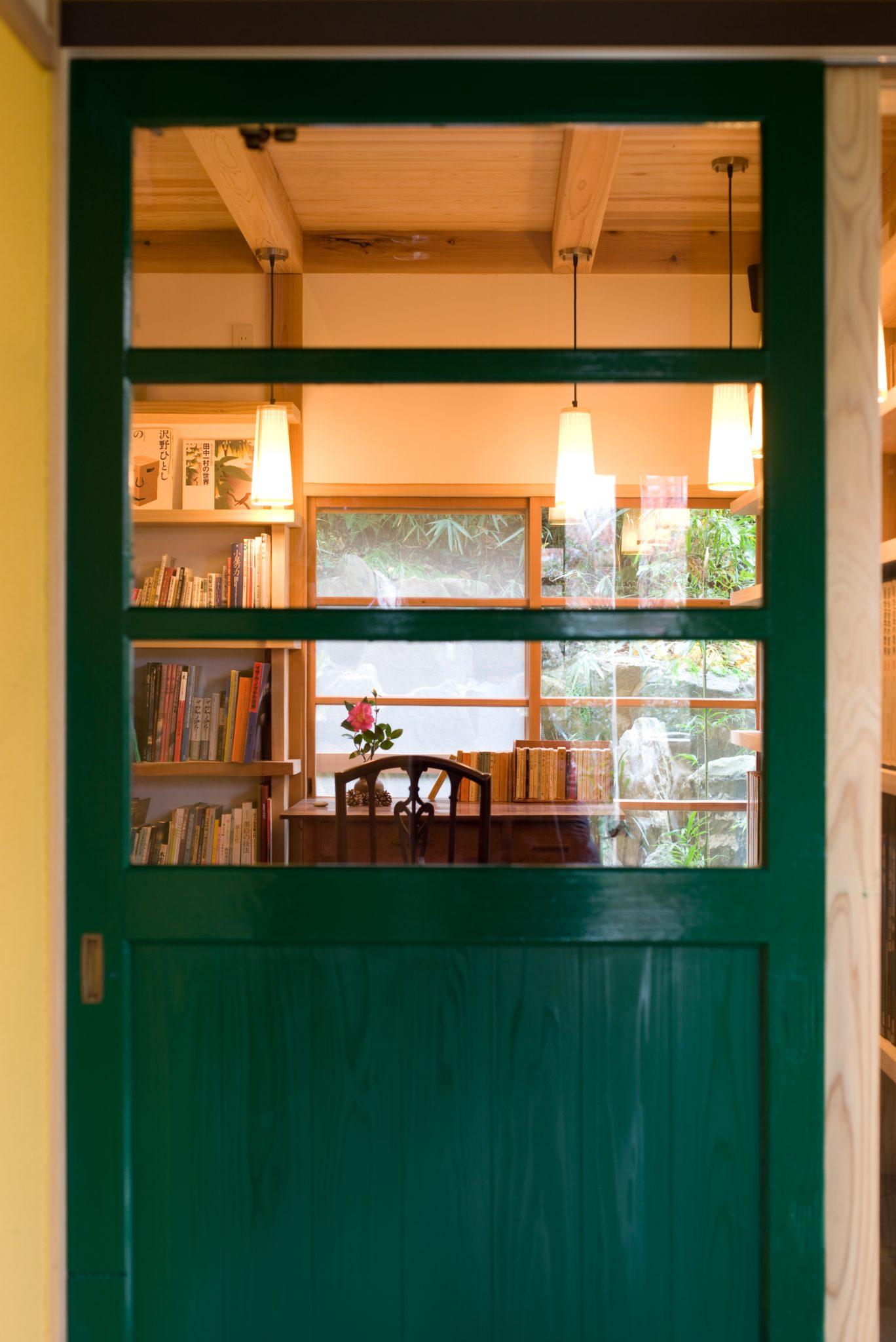 緑に塗り替えられた玄関戸