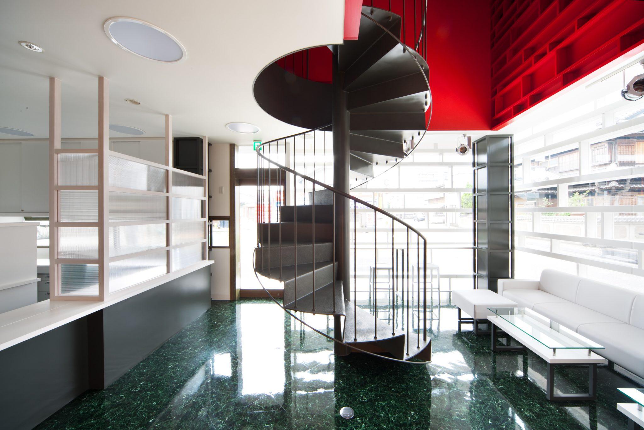 螺旋階段で2階へ