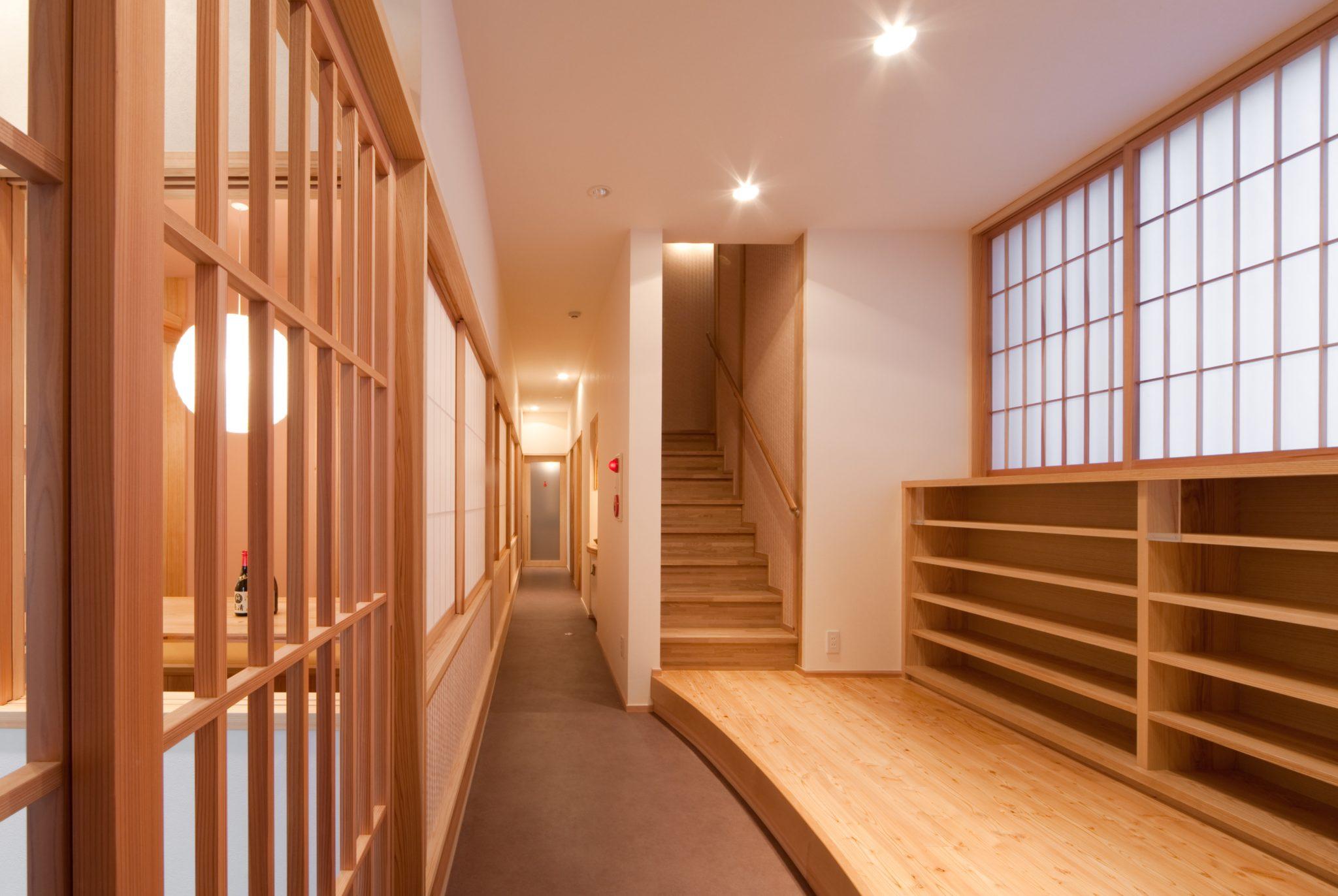 下足室と2階宴会場への階段