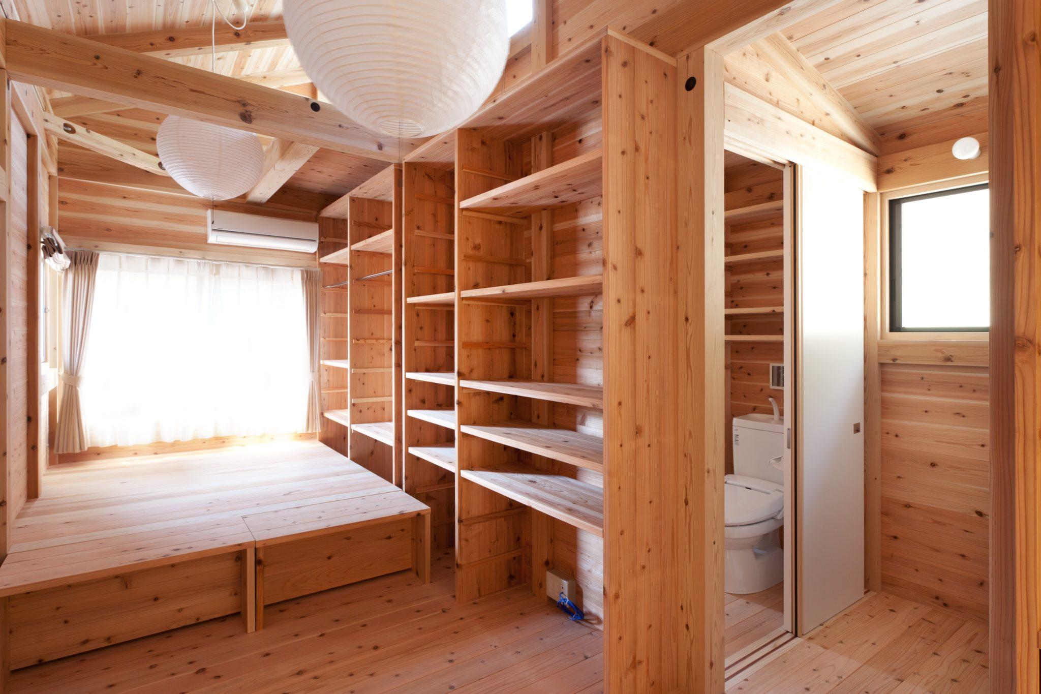 玄関から見る 高天井の部分が居室 右奥に水回り