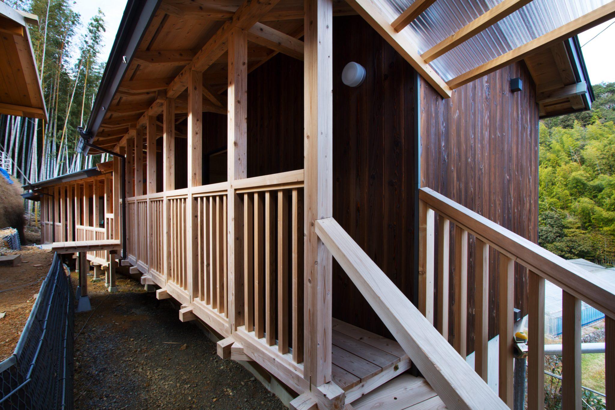 小さな土木工事 現状をあまり触らずに小さな木造建築を連ねています