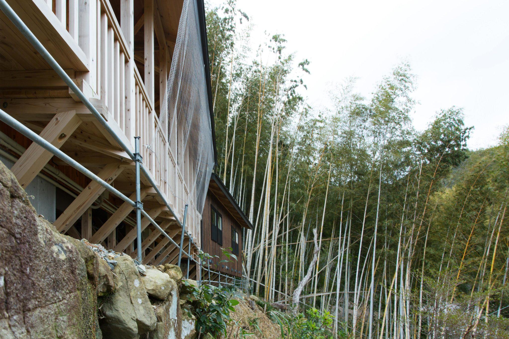建物は細く、基礎はもっと細く 一期工事は方杖で木造床を持ち出しました