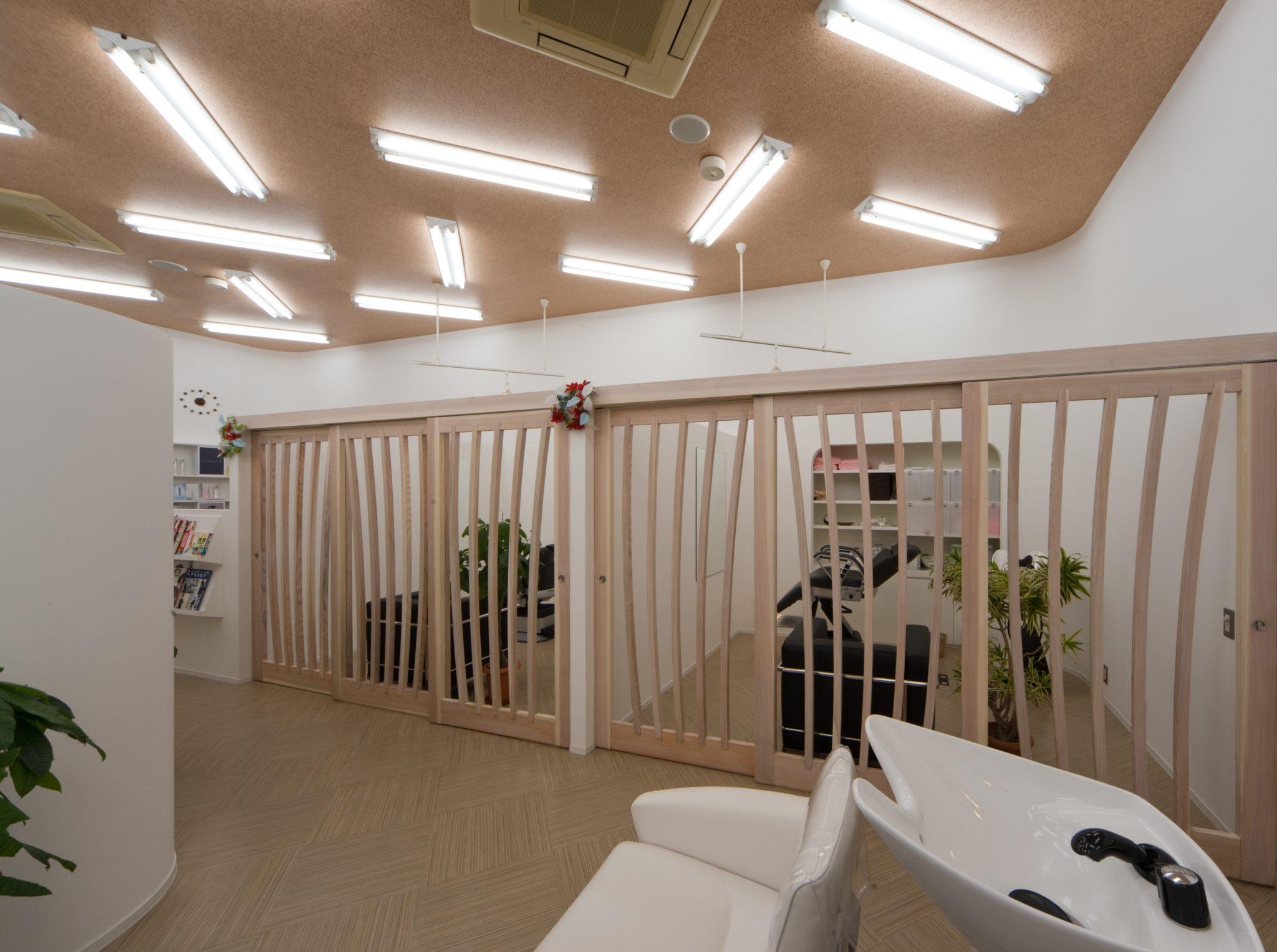 エステ室 45°配置の照明は既存店舗のものを並べ替えただけ