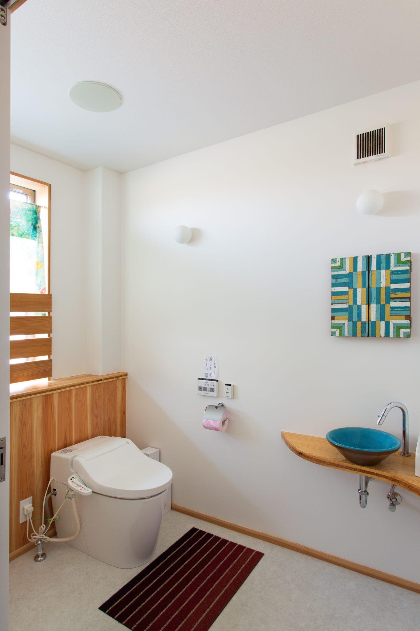 トイレには大谷焼「森陶器」の手水鉢