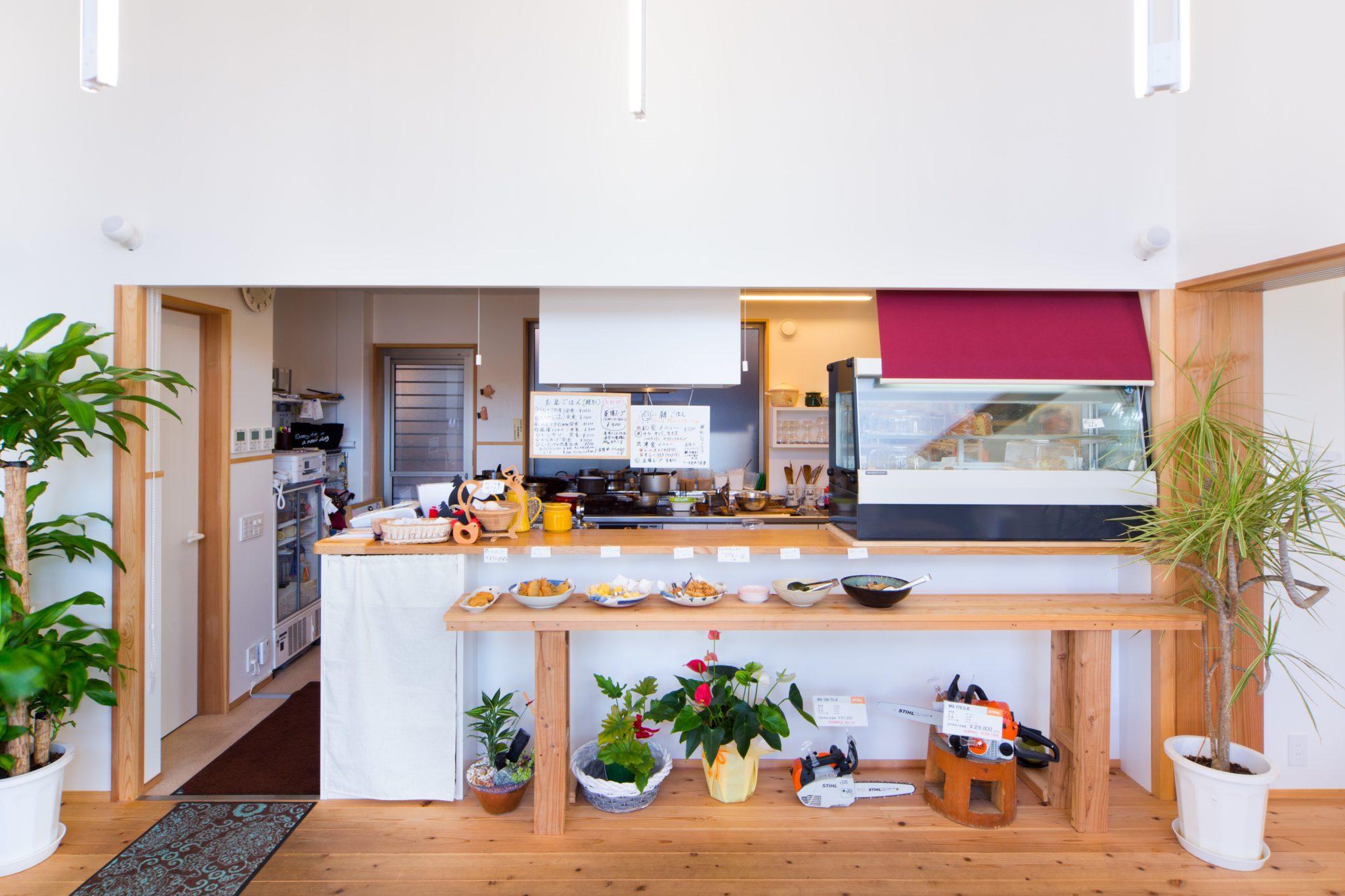 総菜の並ぶカウンターの向こうは右の方に奥深いキッチン