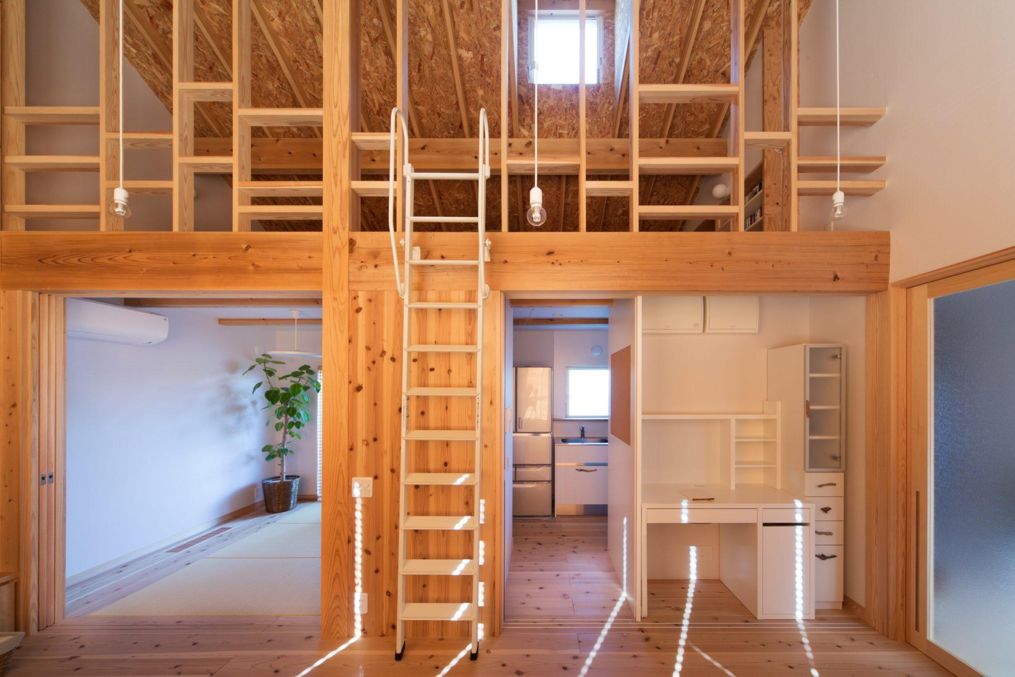 建具を開け放つと家事デスクも現れて一室空間に