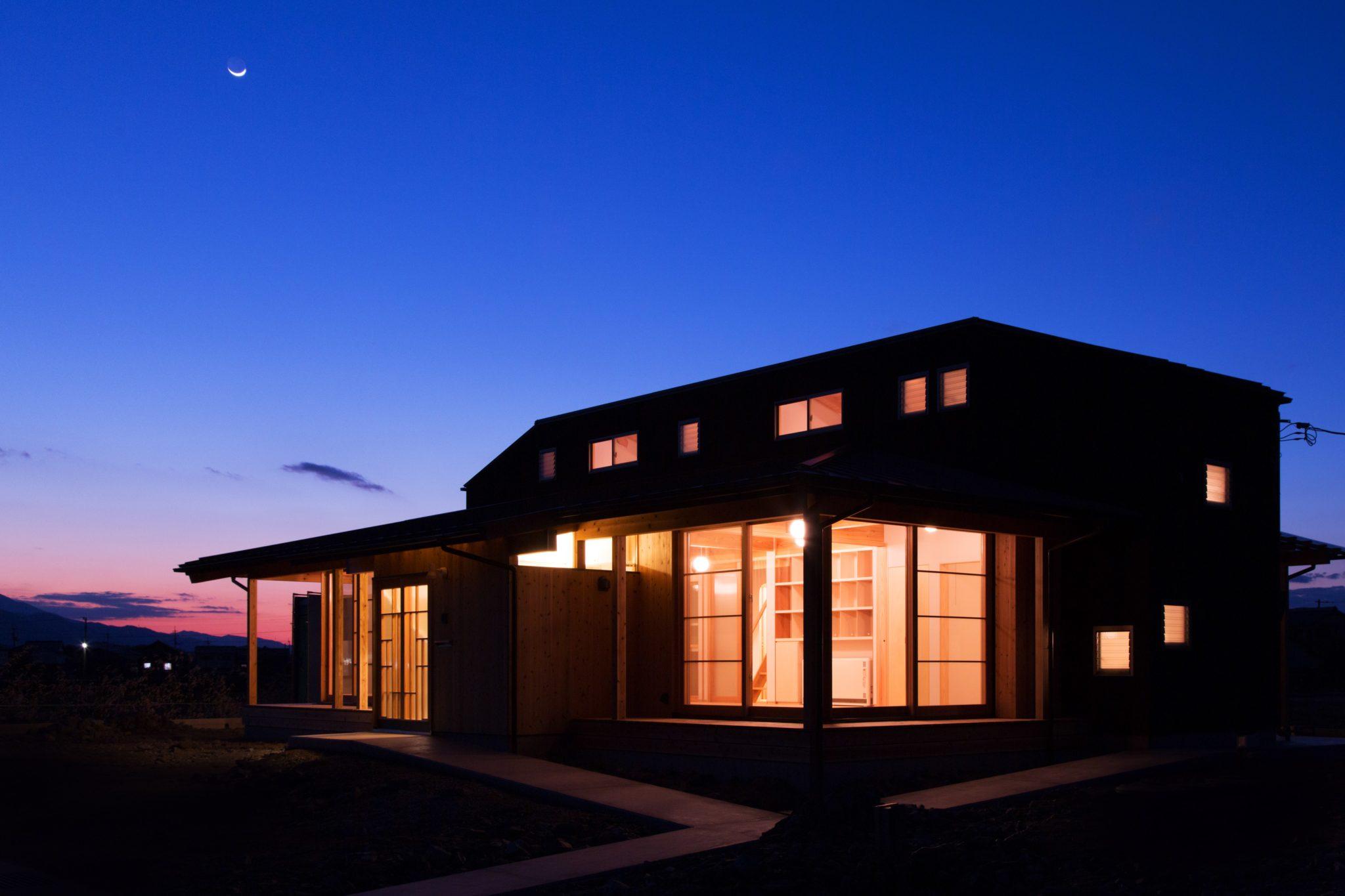 夜景:開放的なみんなの場所+小窓はプライベート部分