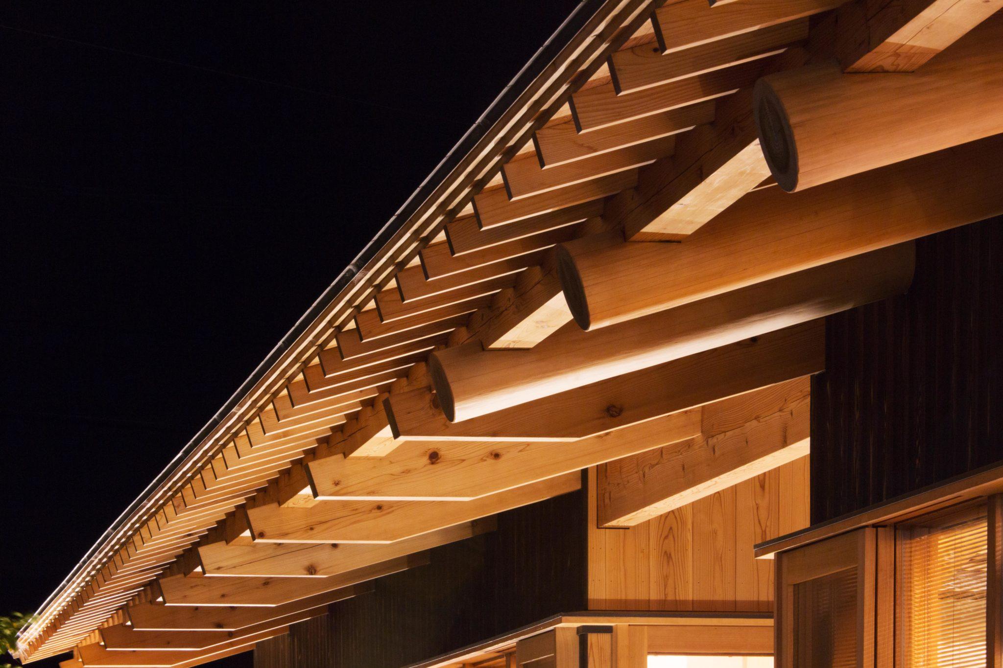東棟は丸太 西棟は製材の登り梁