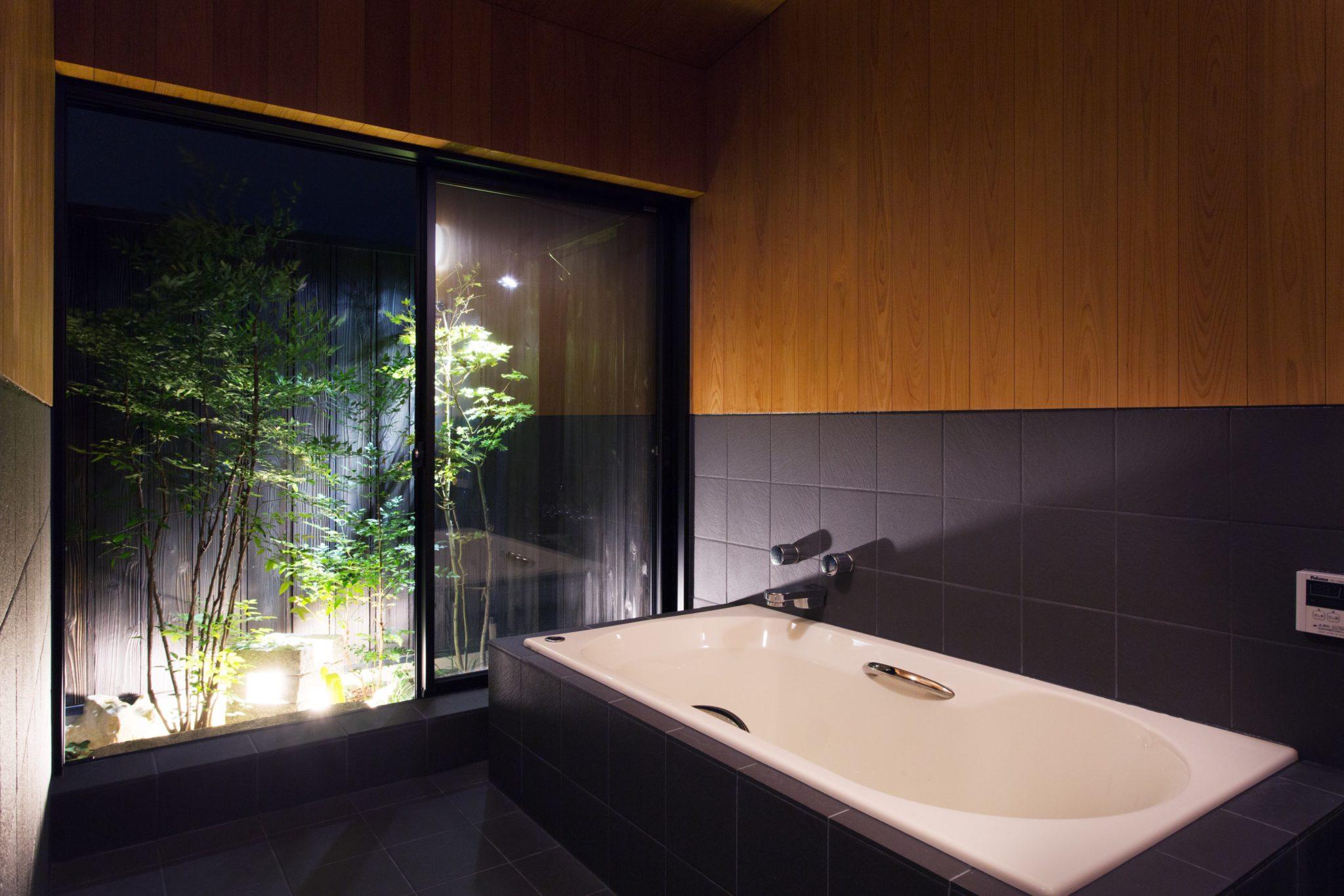 庭のあるバスルーム
