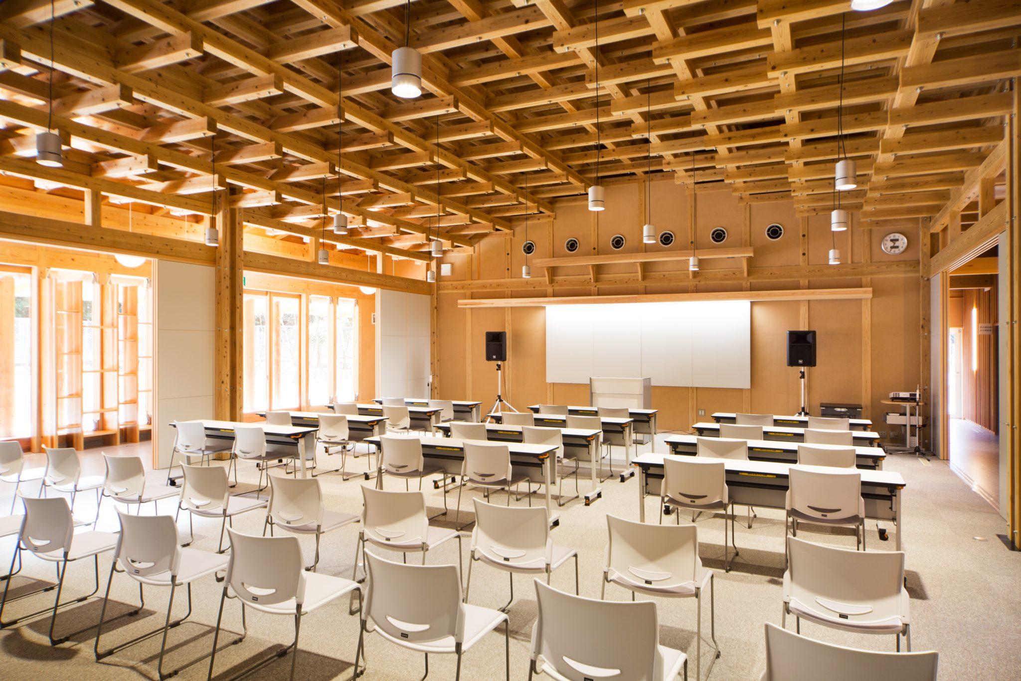 三方の建具を開放すると100人規模の集会が可能となる大講義室