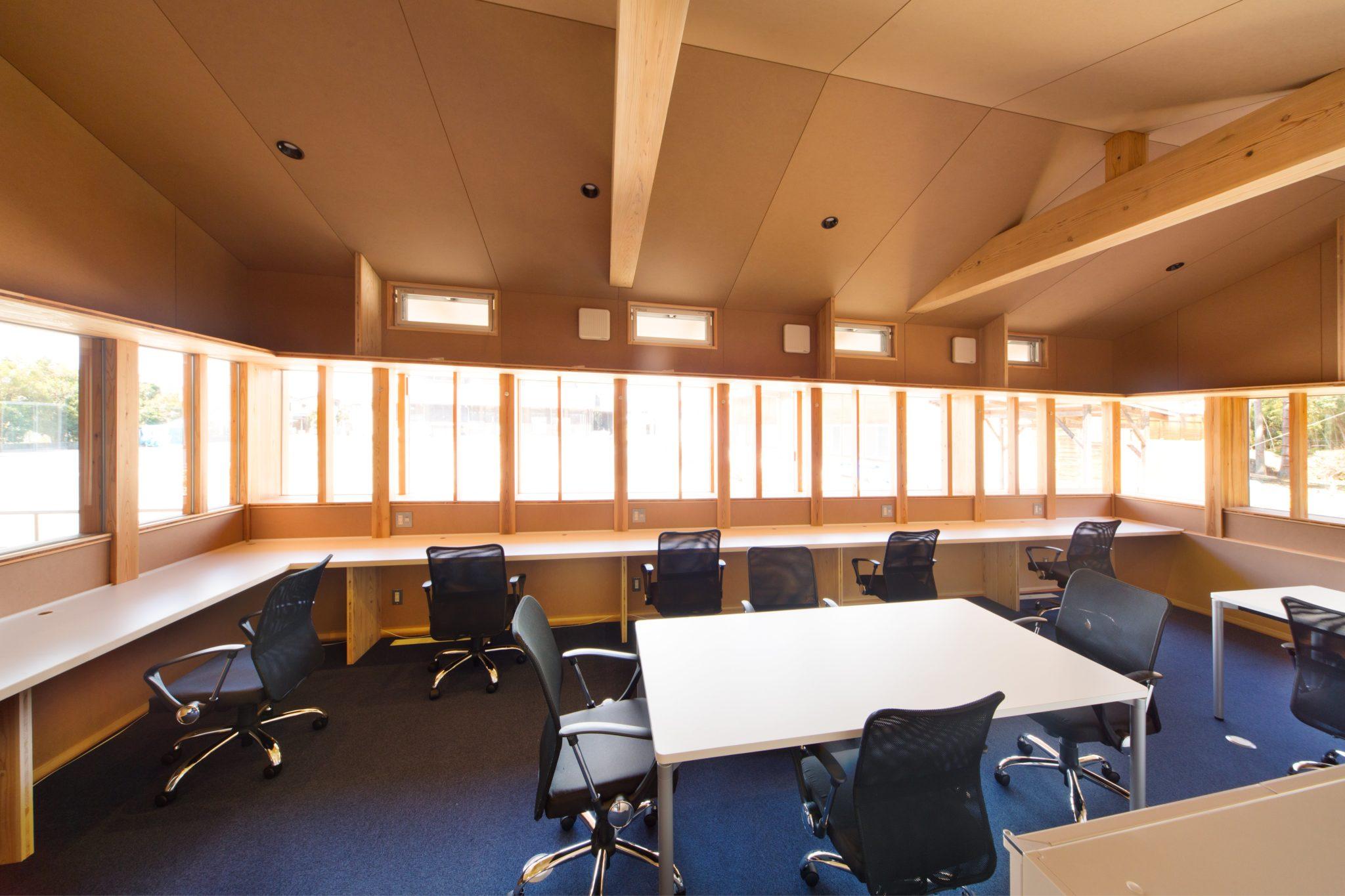 五面MDF仕上げの事務室