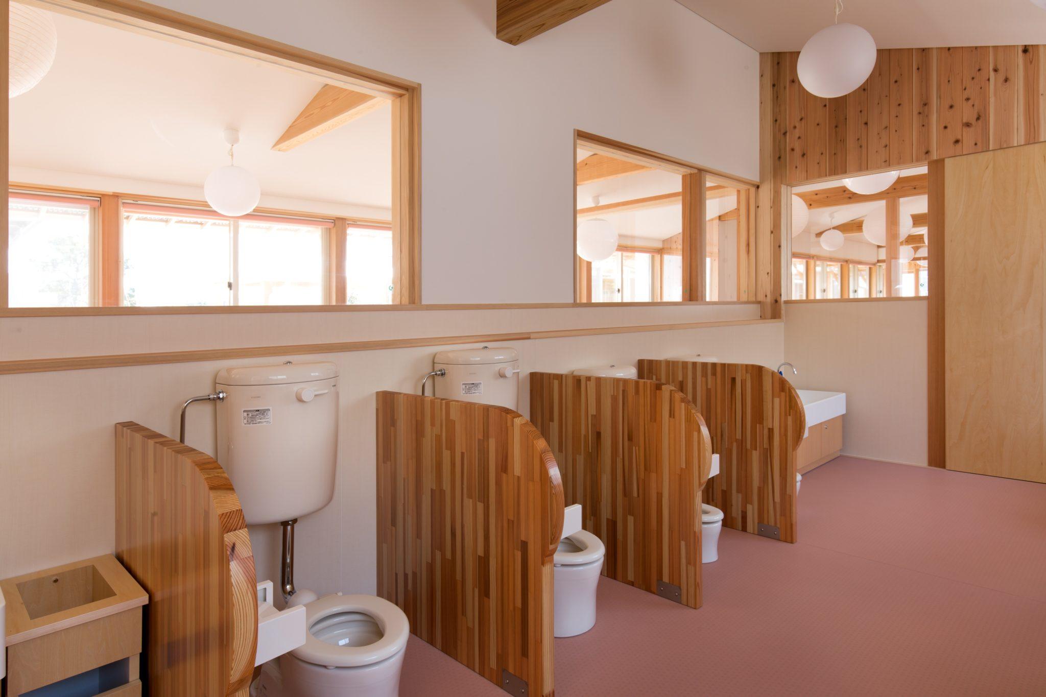 保育室からも視認性のよいトイレ