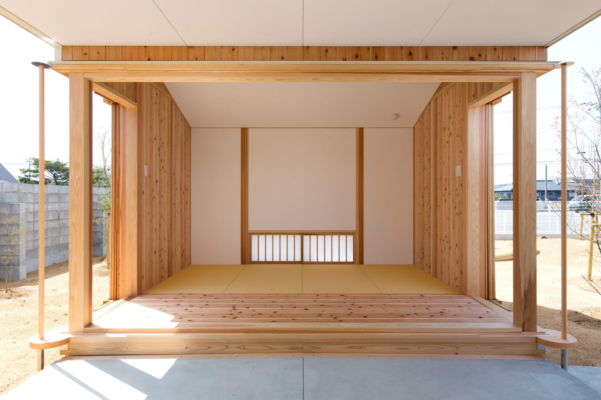 板戸を開け放した作法室 角は柱に沿わせて廻して両サイドの戸袋へ 栗林公園の掬月亭に倣いました