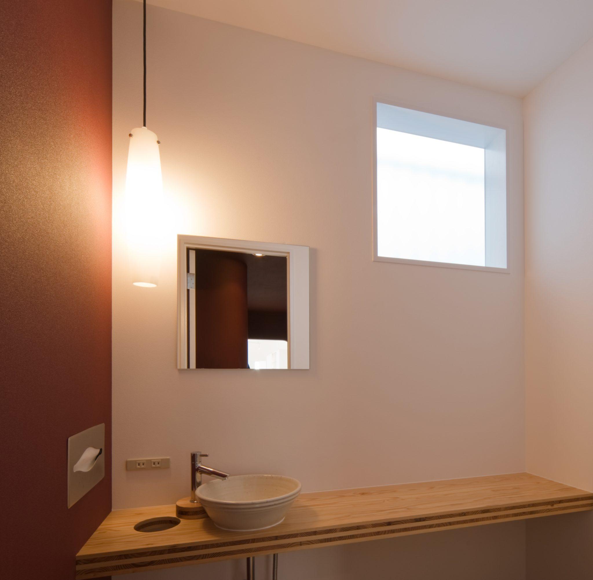 トイレの窓と鏡