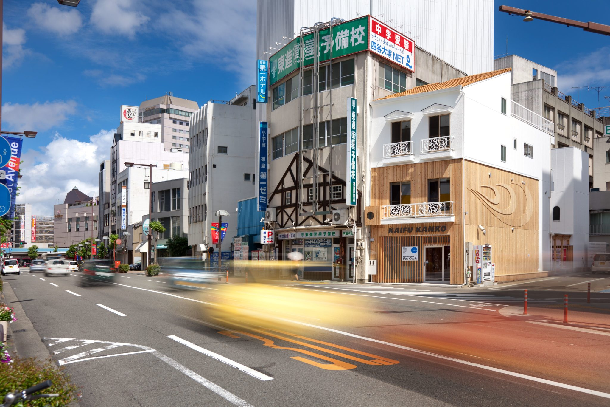 左の奥が徳島駅