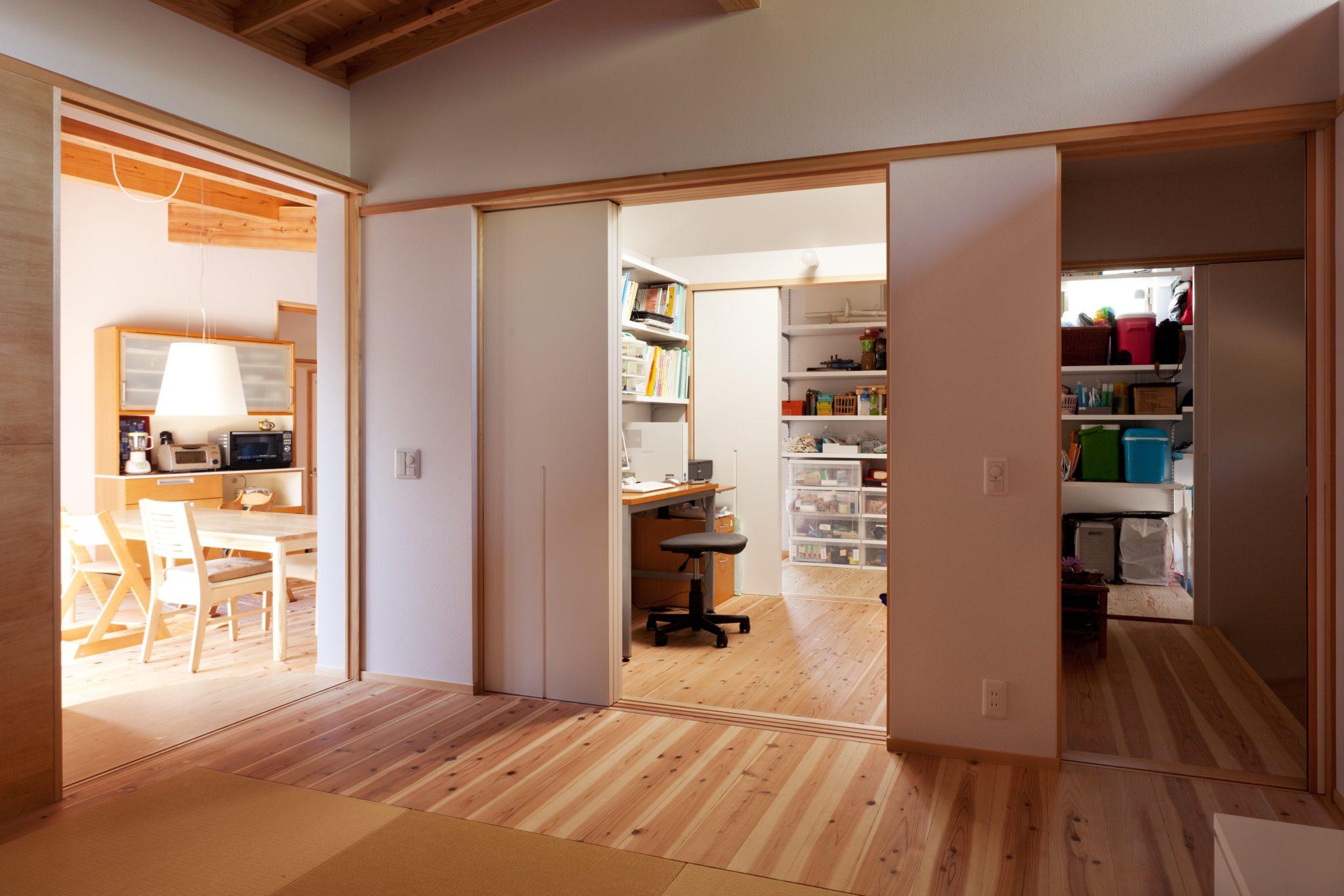 畳の間から見る 左にダイニングキッチン 真ん中は書斎でその奥は右端の玄関までつながる長い下足室