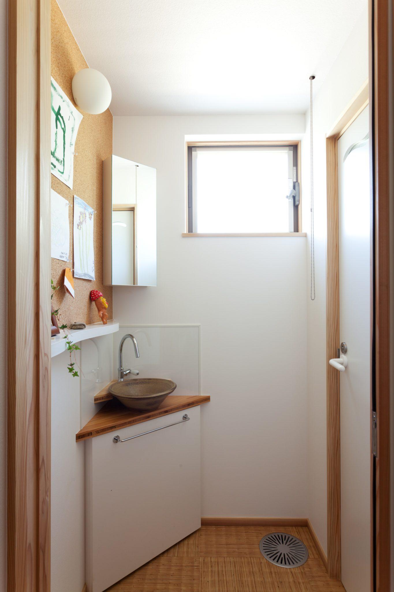 トイレ手洗いは 大谷焼 森陶器の手水鉢 掲示板あり