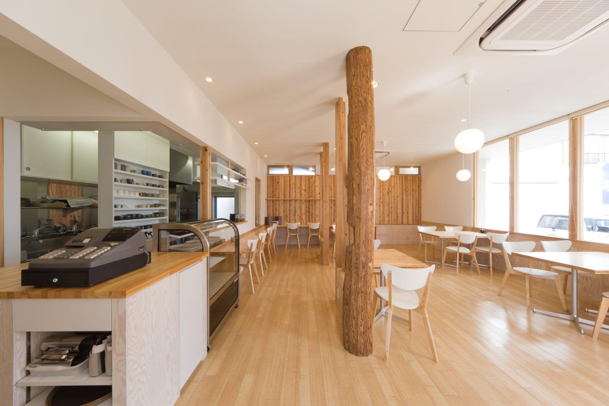 左側が厨房