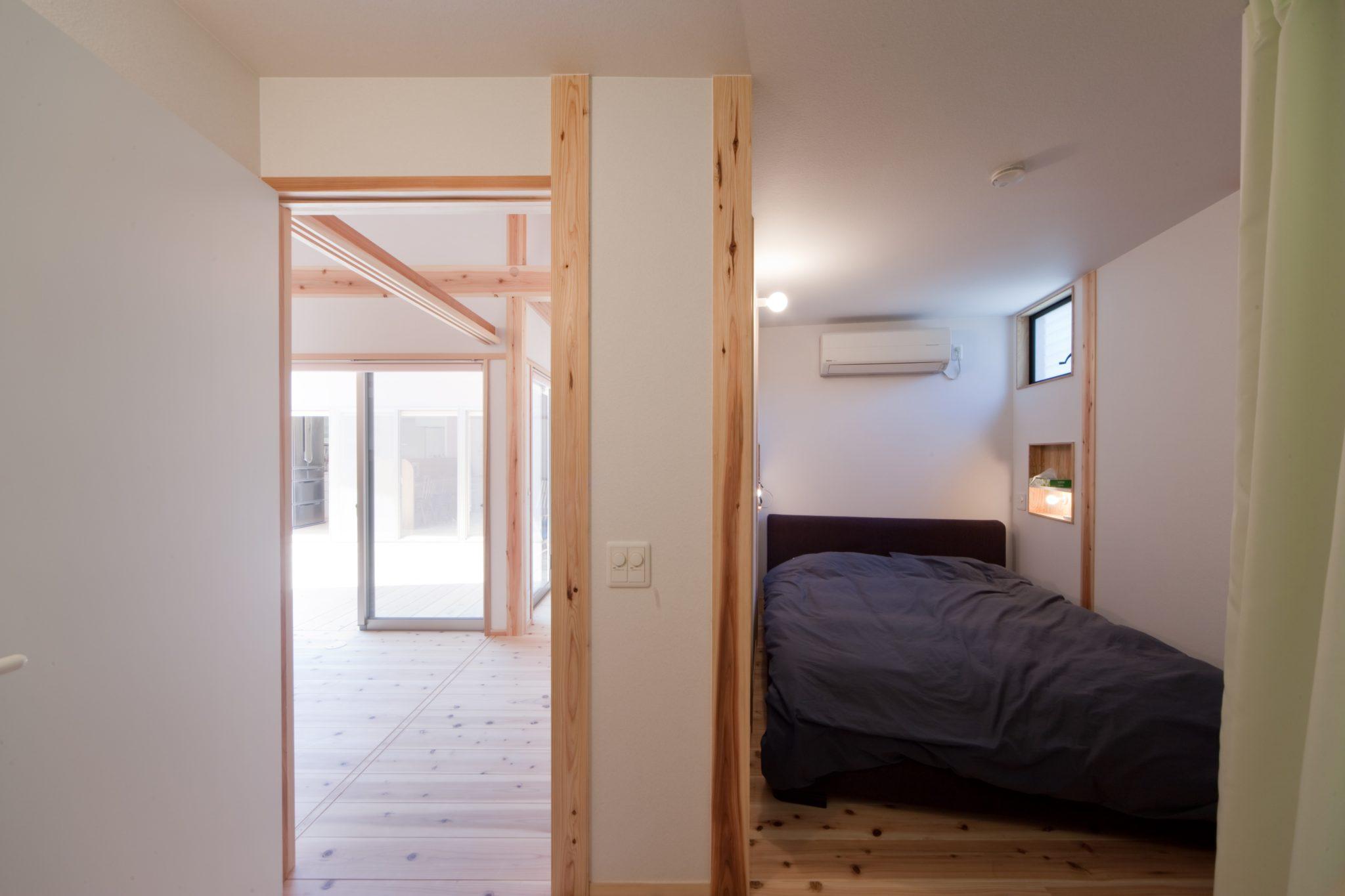 居間の裏側の寝室