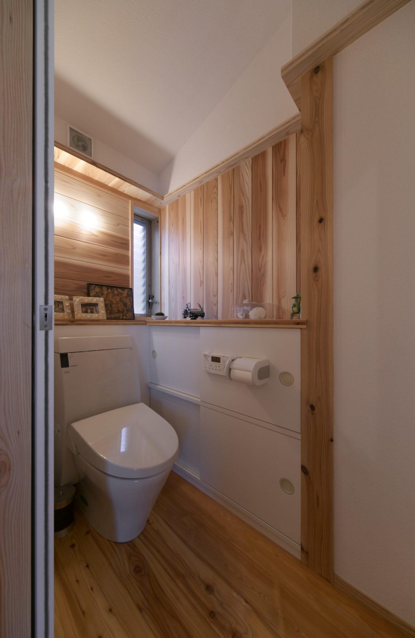 作り付けの戸棚のあるトイレ