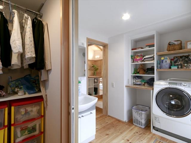 キッチンの横の戸の中は洗面洗濯~浴室~クロゼット
