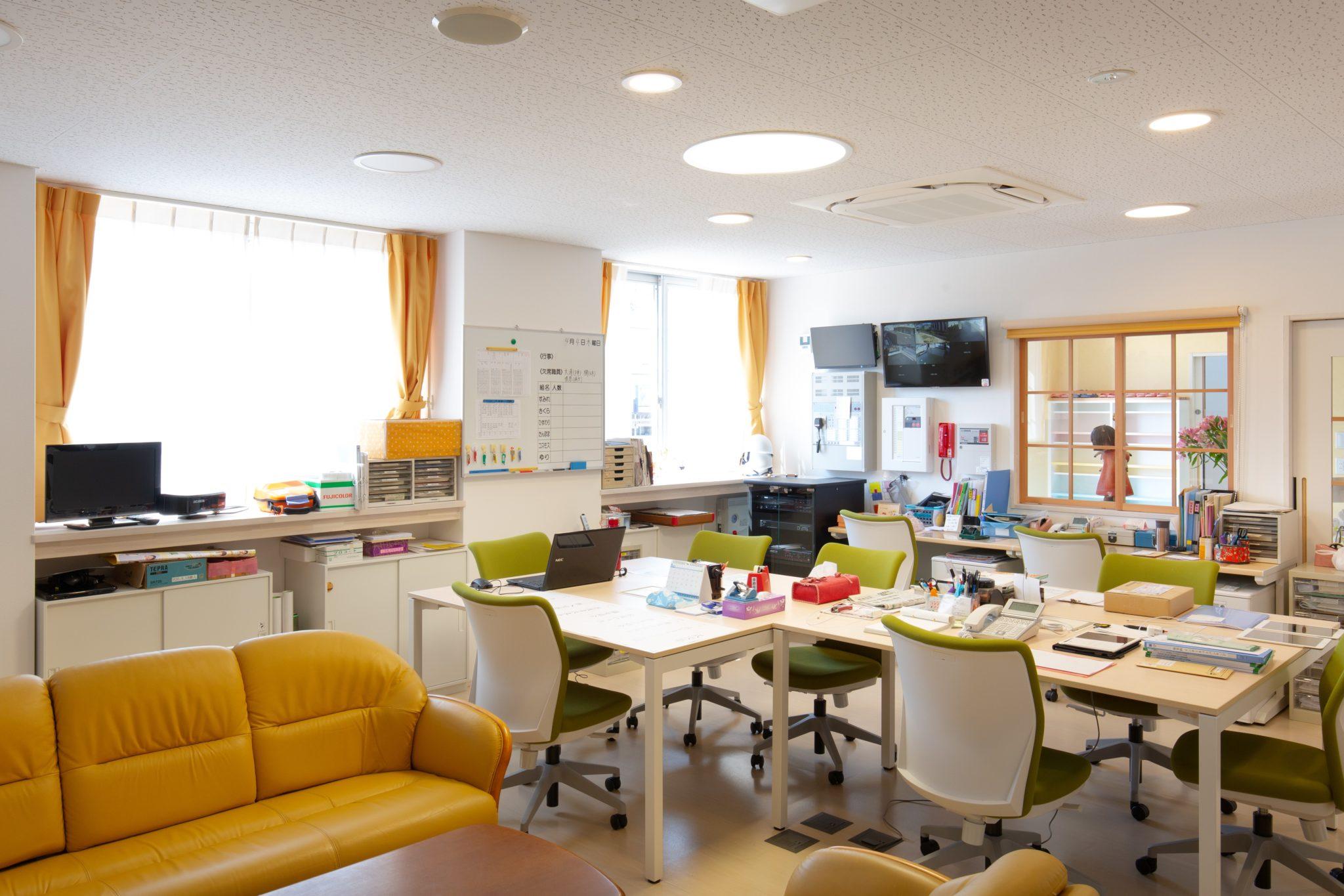 職員室はコンパクトいして作業スペースや収納部を重視