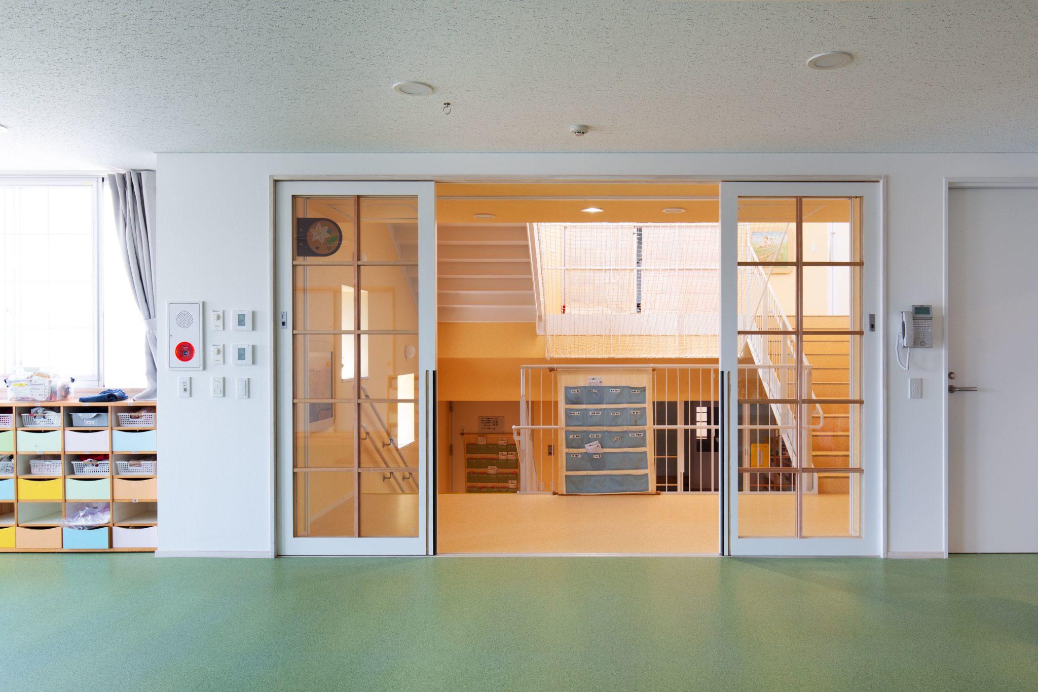 保育室から螺旋階段