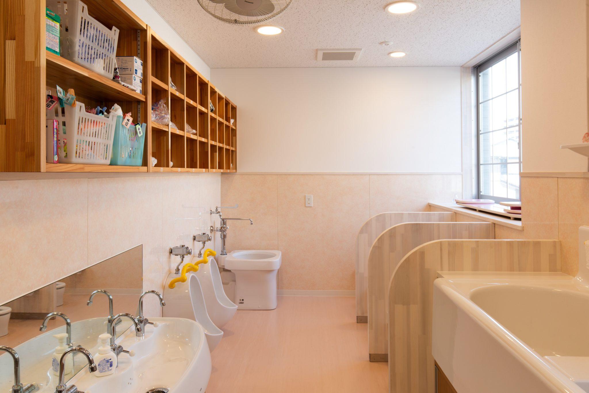 トイレ 検索性重視で棚は基本的にオープンに