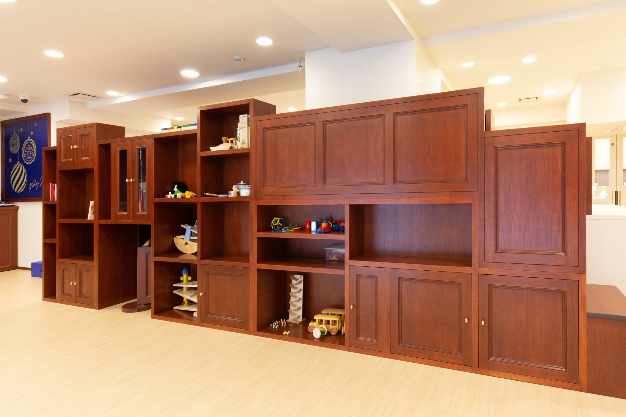 本棚、飾り棚、収納、階段で上に上がれて下にも潜り込める遊具でもある「知恵の塔」
