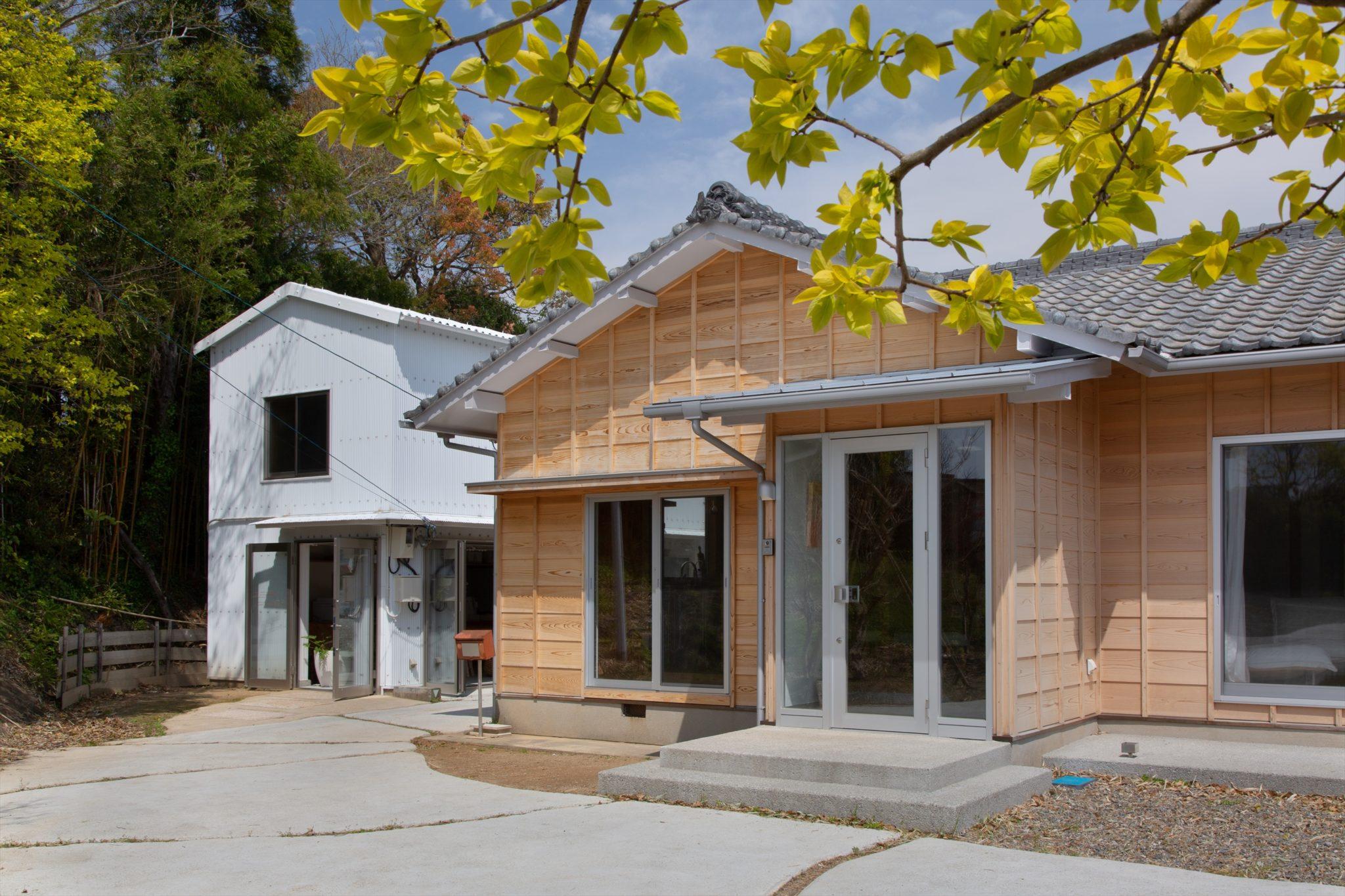 既存スレートを塗装したオフィスと、人見板張りとした住宅。
