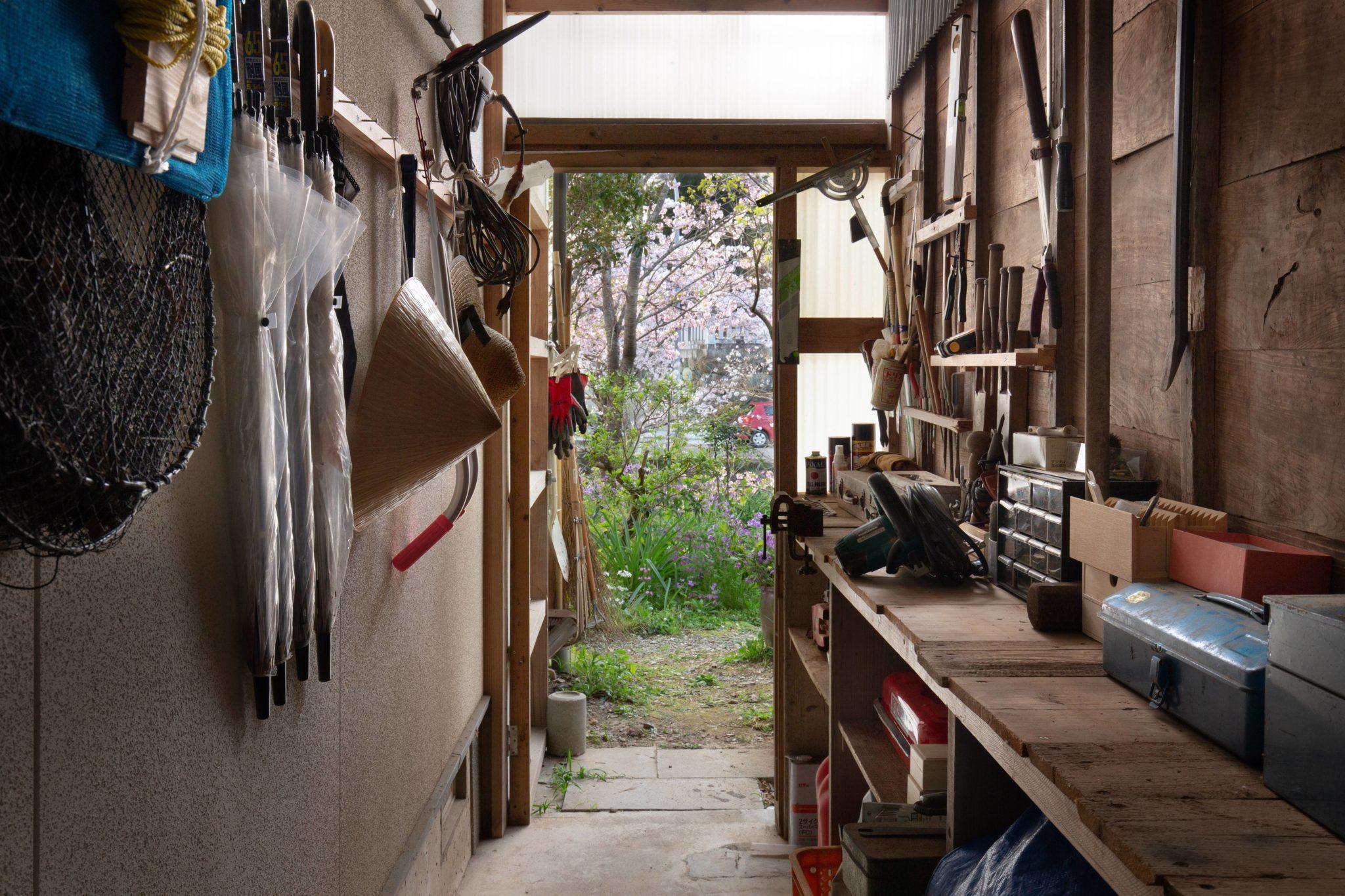 新宅との間の通路に自作した(自慢の)道具棚。