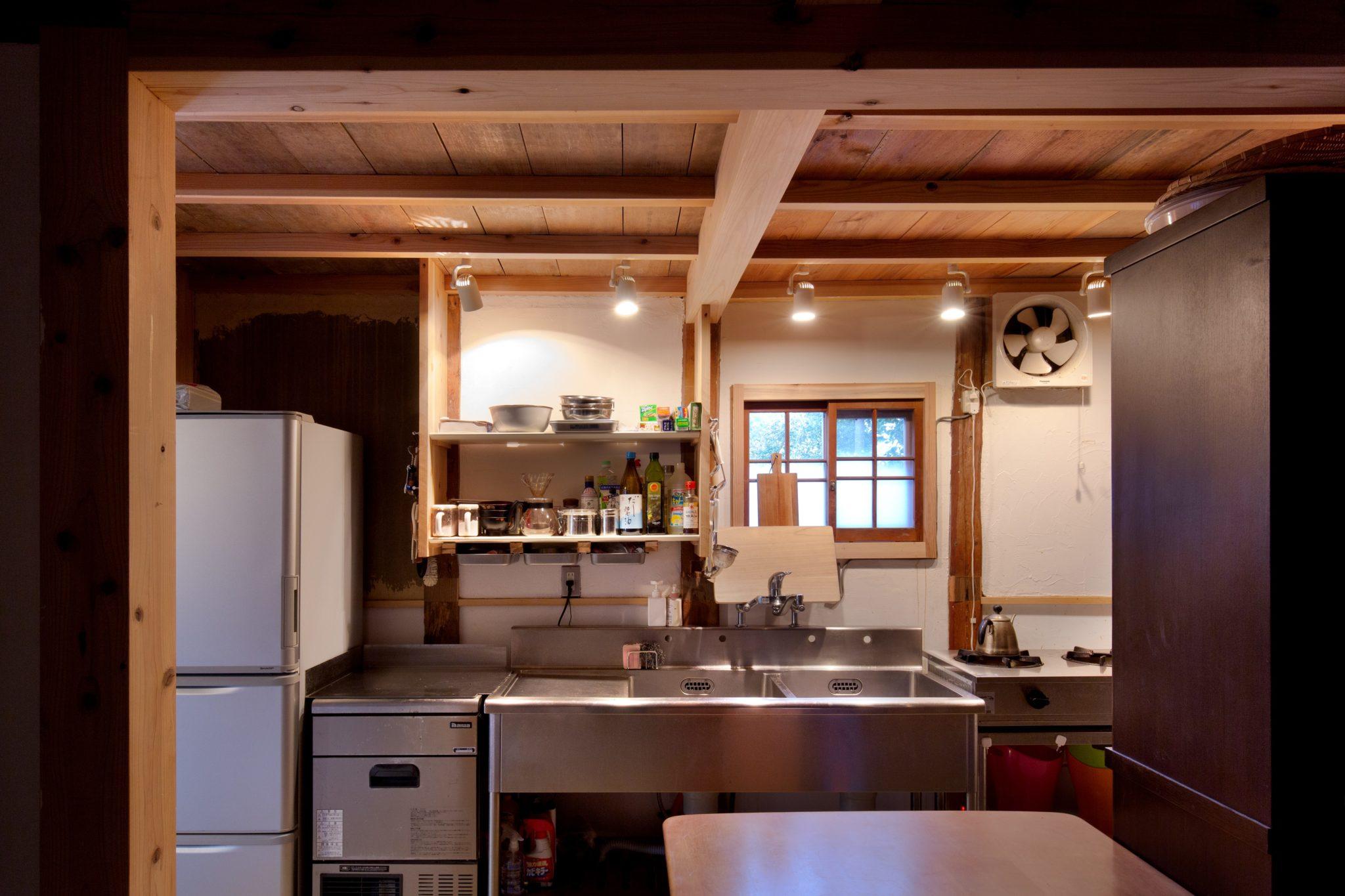 昔からお世話になっている「リサイクル徳島」でみつくろった業務用キッチンと、「万年山文庫」から受け継いだ製氷機。小窓は内野設計古建具コレクションから。棚は自作。