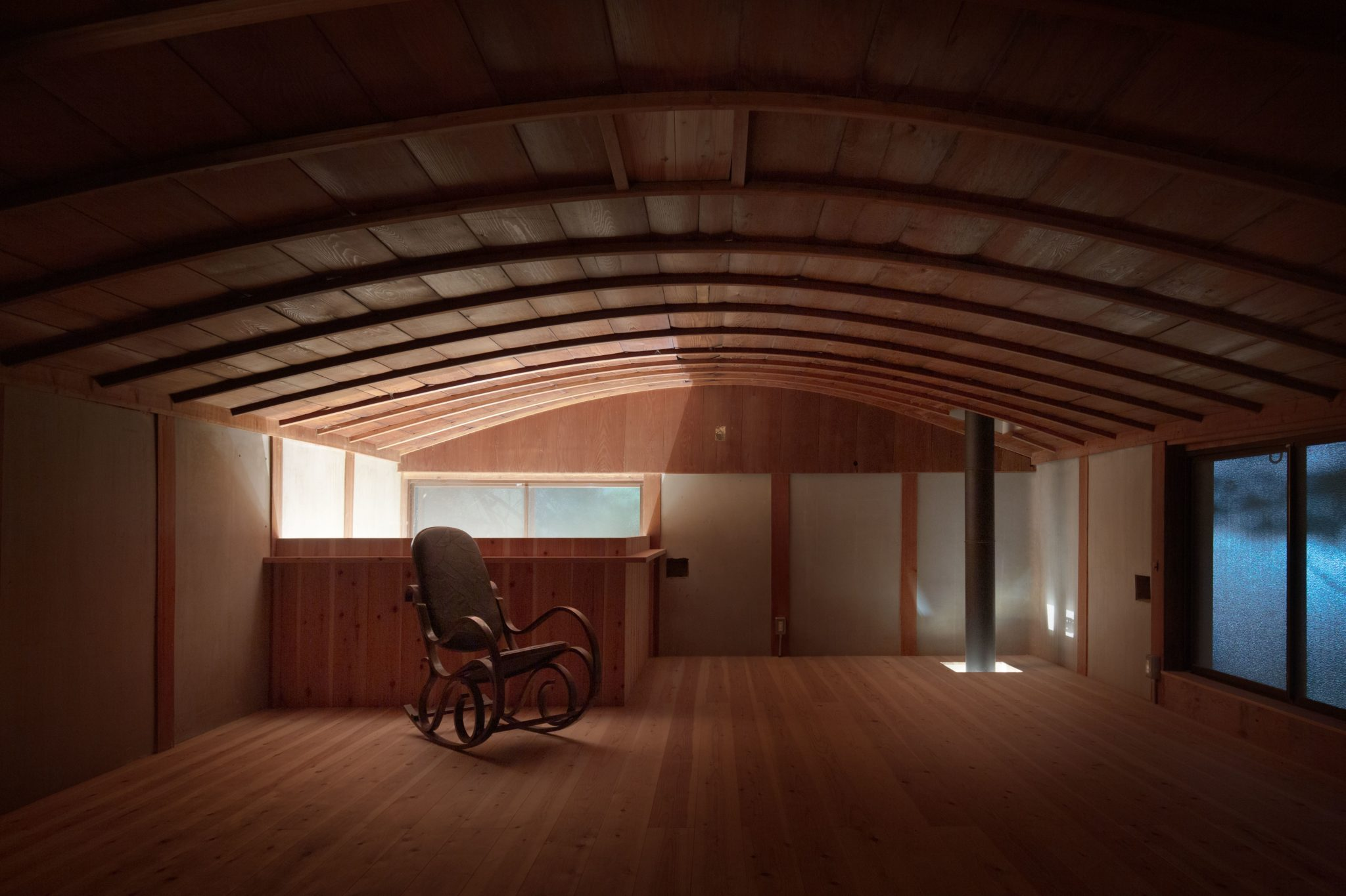 2階のこの天井が移住の決め手だったかも。吹抜けから1階の光が。