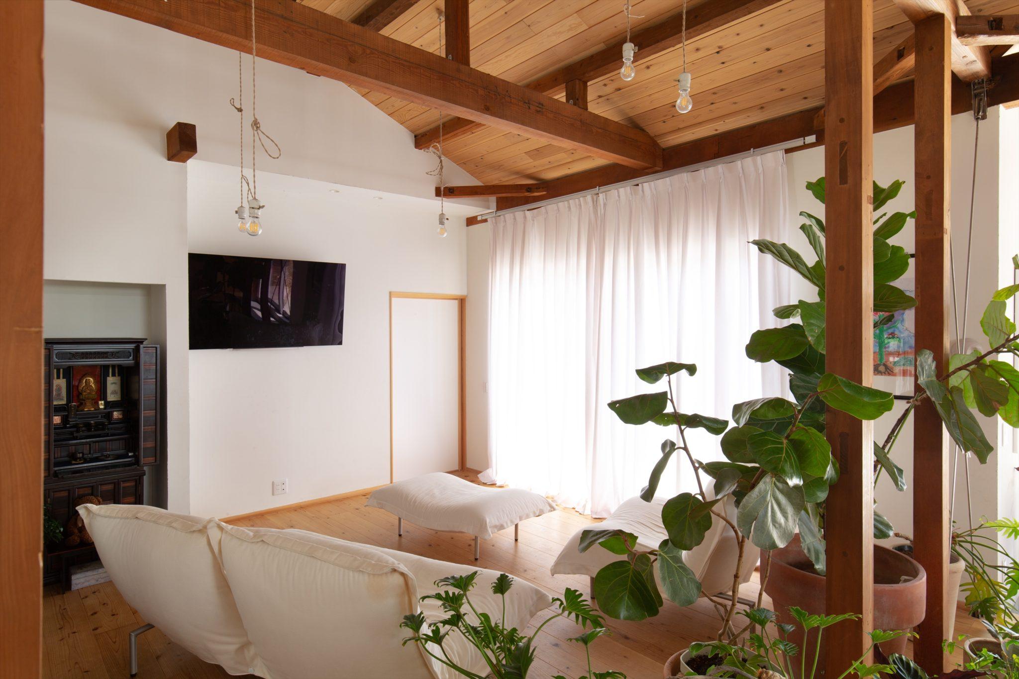 天井を外し、開口部を大きくした居間。