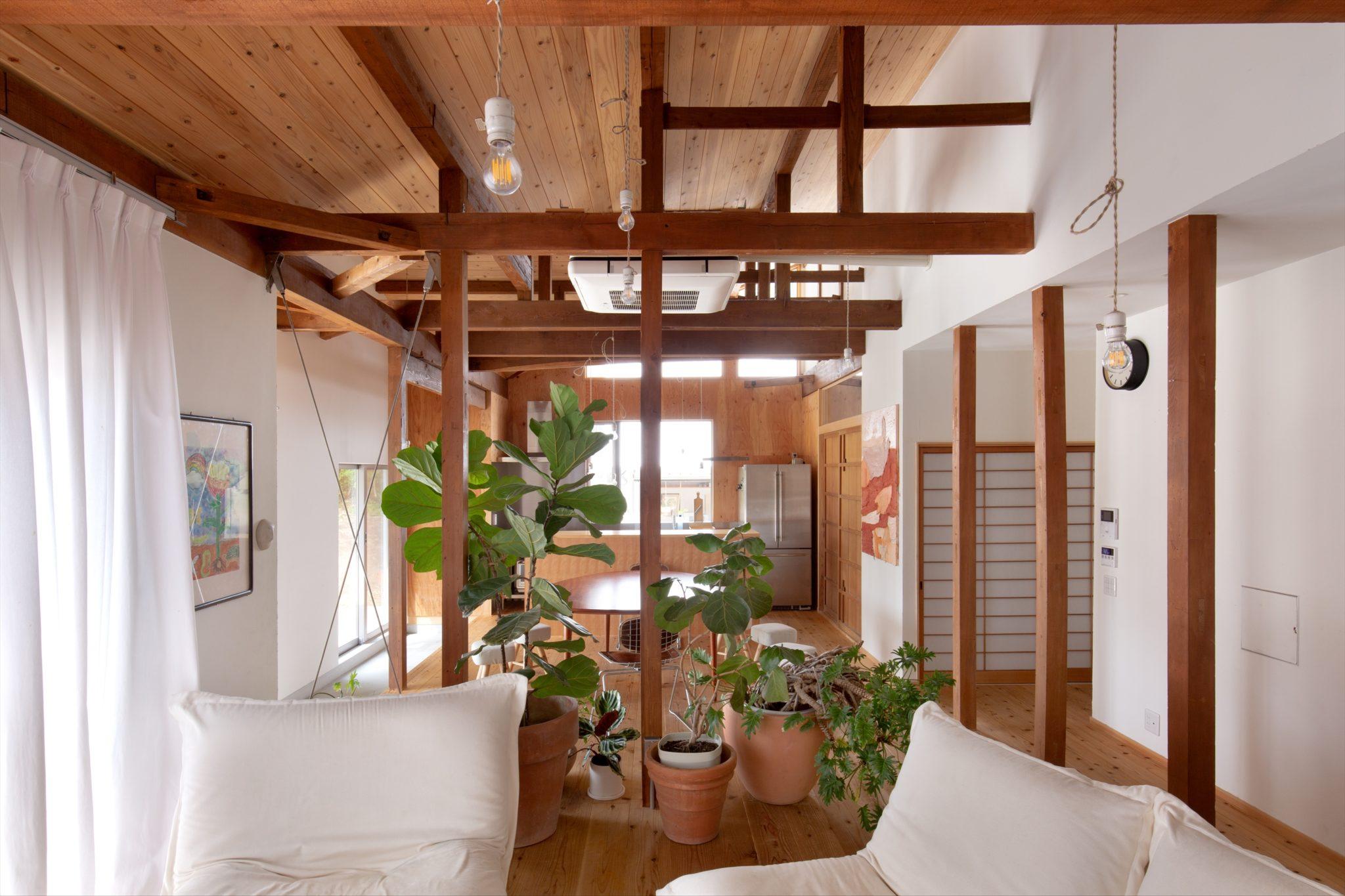 居間からダイニング・キッチンを見る。 構造材あらわし+天井は杉板張り。