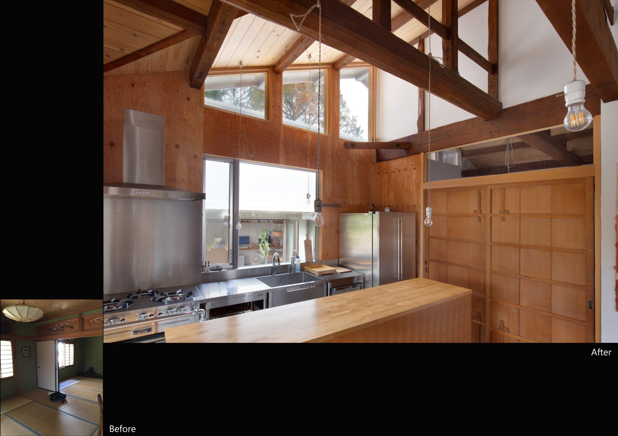 旧吉沿いの木立越しに空の見えるキッチン。 右の建具は元雨戸。寝室へ。