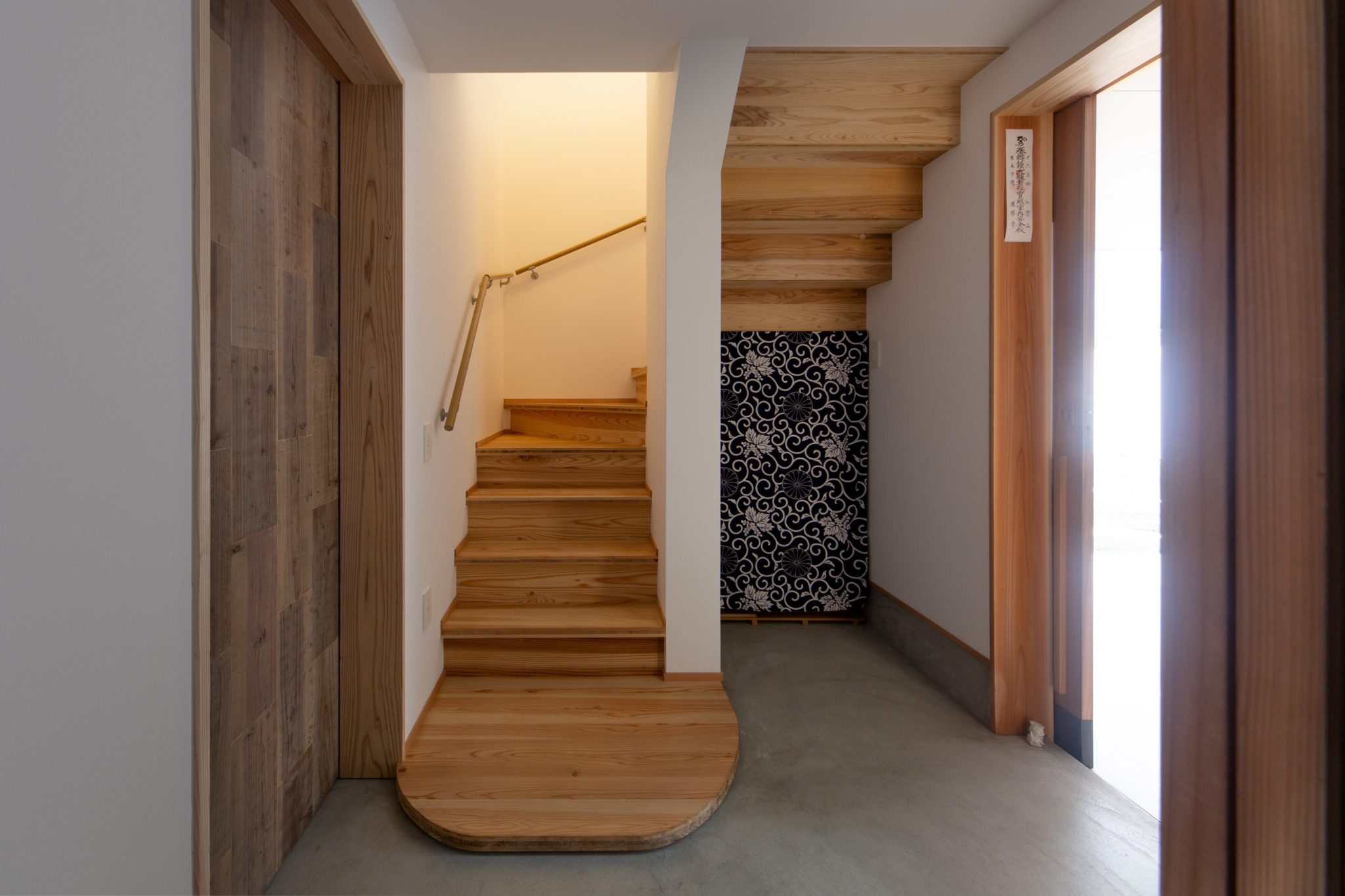 住宅部玄関の山城パネル階段。左の建具は元の畳の前の座板を加工しています。