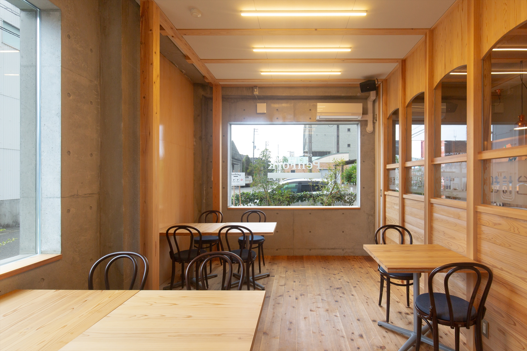 個室は集まりや勉強会とかいろいろに。 右はこの店の源泉のひとつ「時計台Jr」 のガラス。