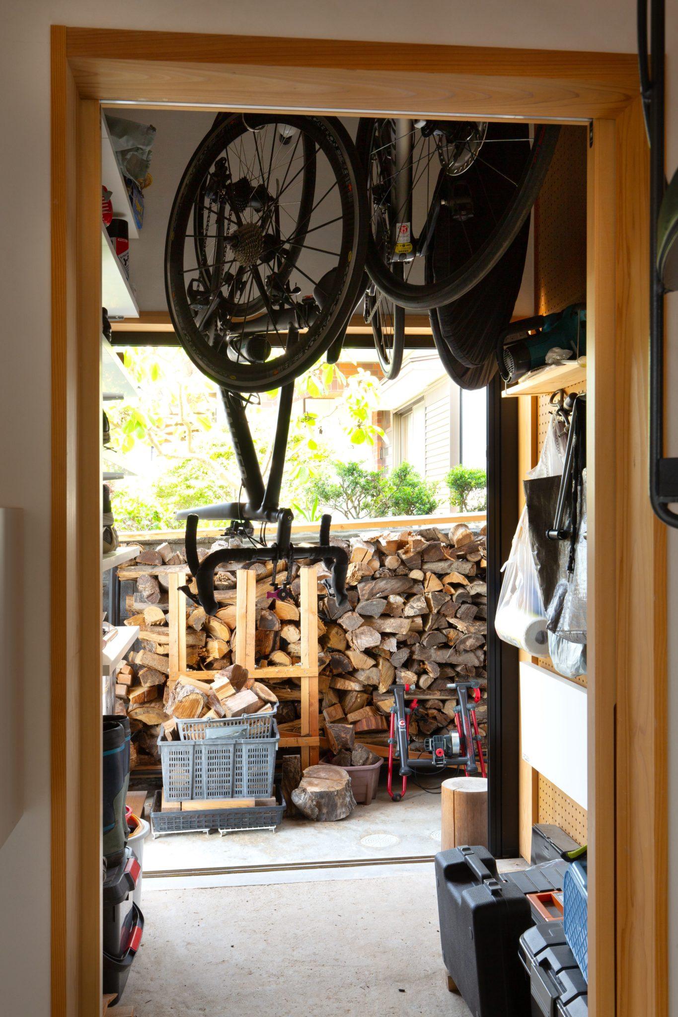 自転車室は「吊る」が基本です。