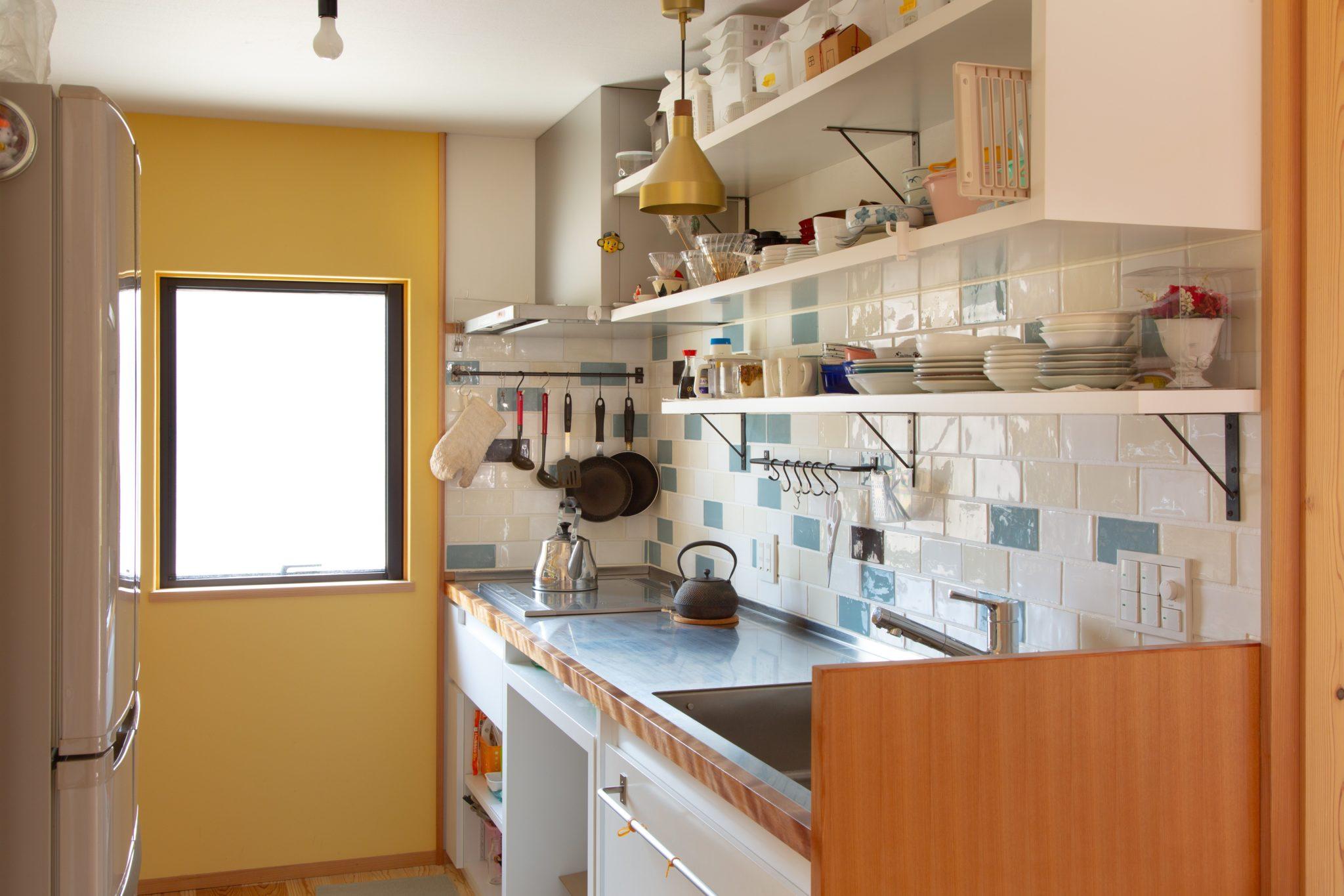 キッチンのタイルやらいろいろは 奥さん好みです。 キッチンもつくりました。