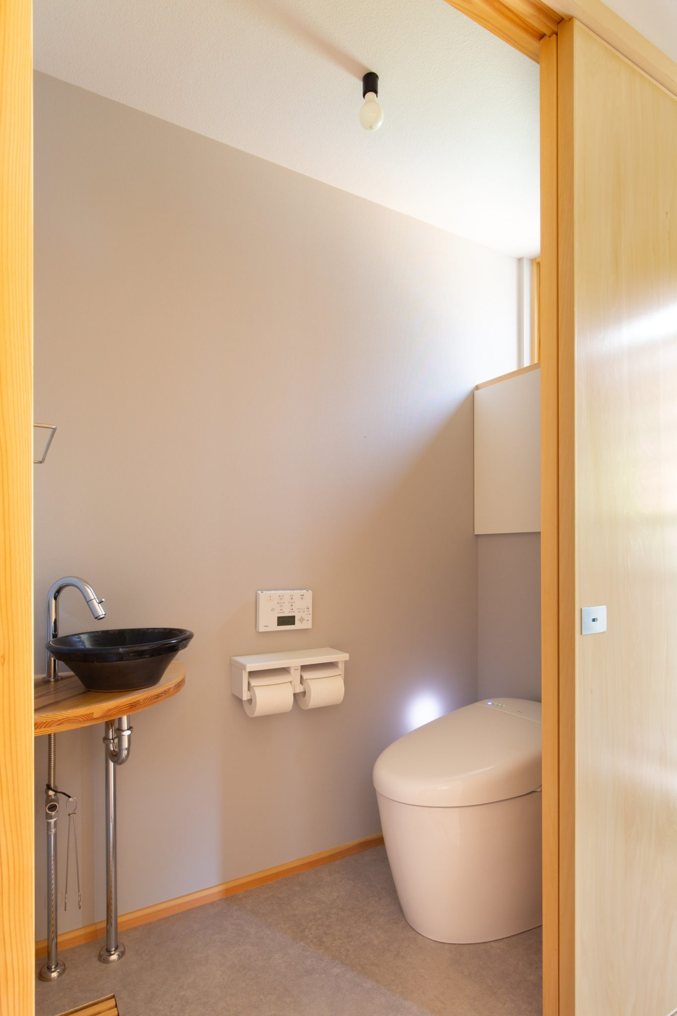 手洗いは大谷焼森陶器の手水鉢です。