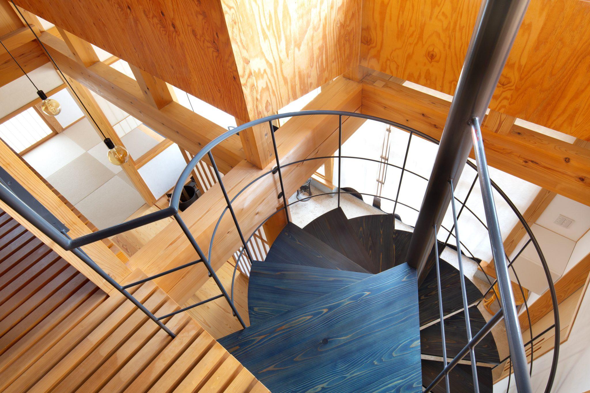 螺旋階段の段板も藍染!