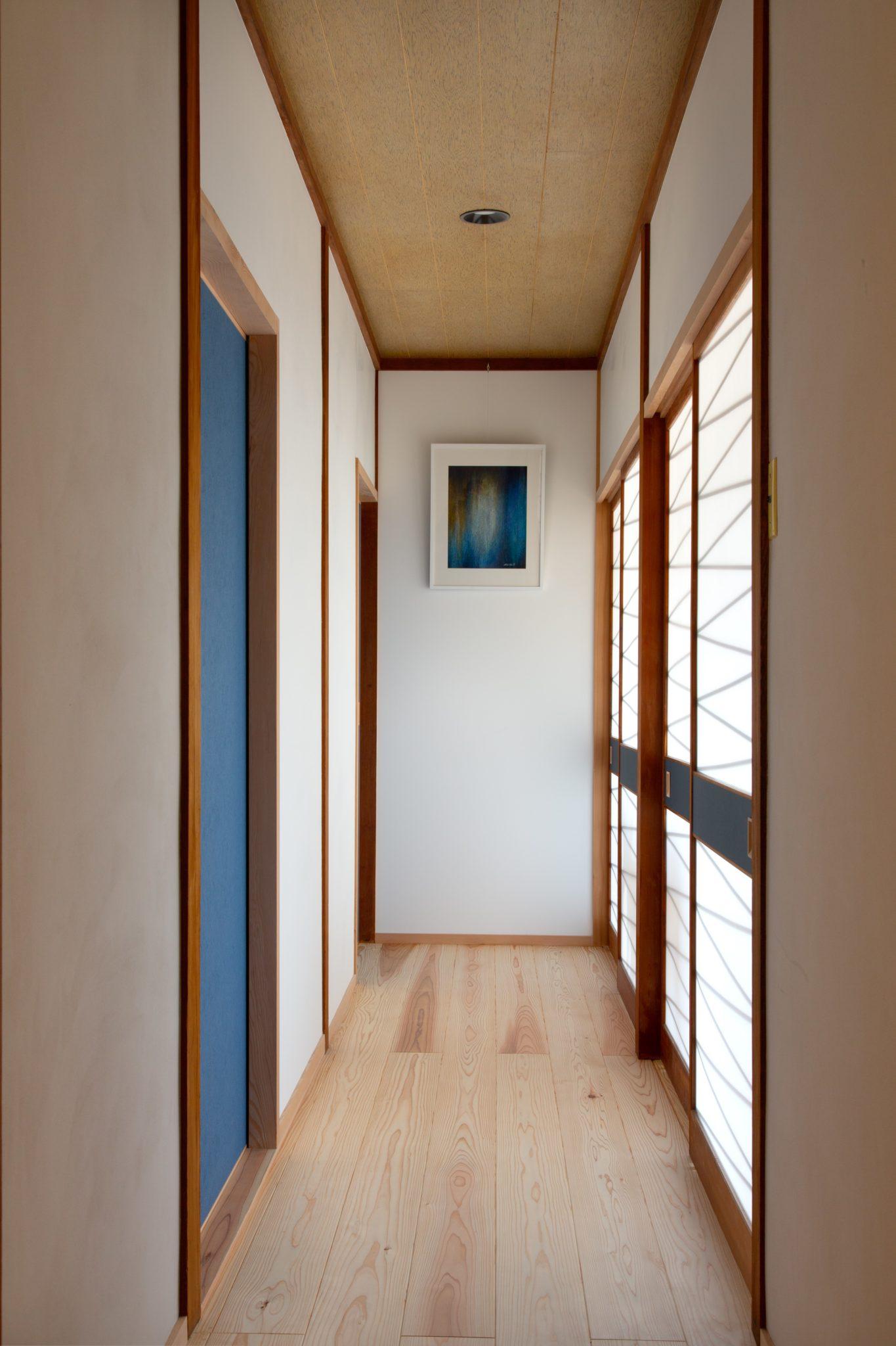 廊下。 左の壁にあった障子を直して右の壁に移設。